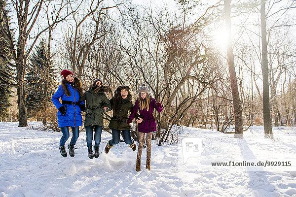 Europäer Schnee Feld Mädchen spielen