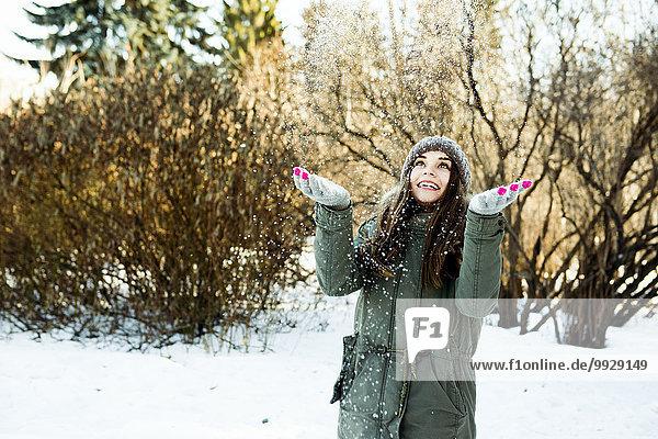 Europäer werfen Feld Mädchen Schnee