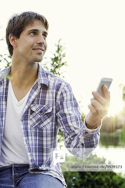 Mann schickt inspirierten Tweet  während er sich im Freien aufhält.
