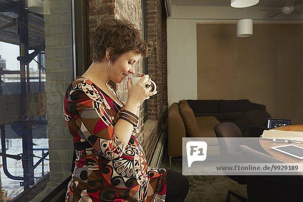 Geschäftsfrau Schwangerschaft Büro trinken Kaffee