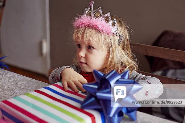 Geschenk halten Kleidung Mädchen Tiara