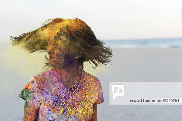 Europäer Frau planschen Gesichtspuder Farbe Farben Haar bemalen schütteln