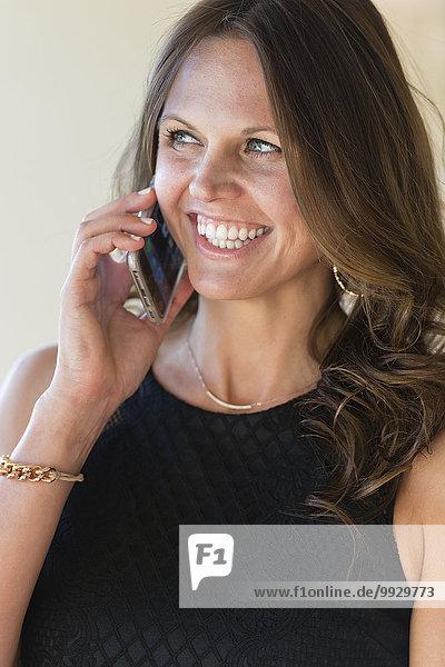 Handy Europäer Geschäftsfrau sprechen