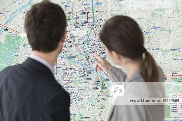Mann und Frau betrachten gemeinsam die Pariser U-Bahn-Karte