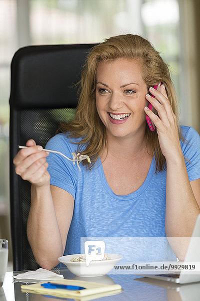 Handy Europäer Geschäftsfrau sprechen Frühstück