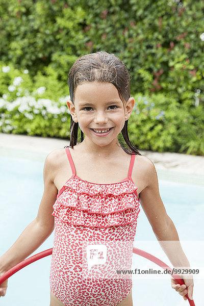 Kleines Mädchen spielt im Pool  Portrait