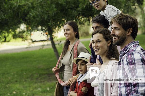 Familie verbringt Zeit zusammen im Freien