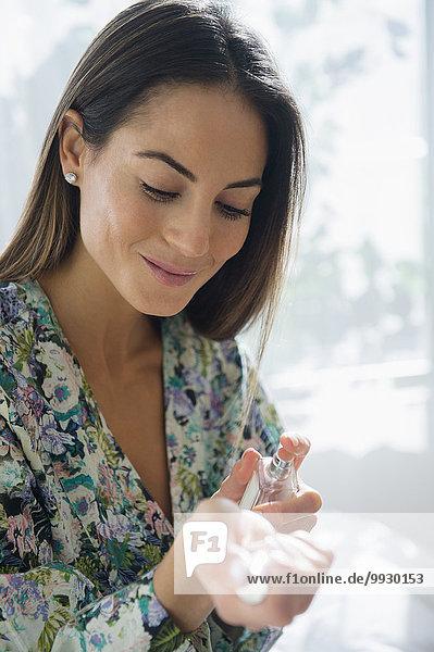 Europäer Frau besprühen Parfüm
