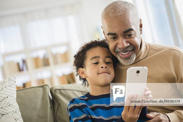 Handy benutzen Enkelsohn Großvater mischen Mixed