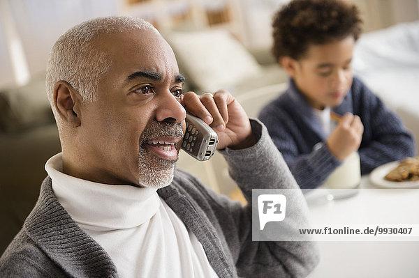 Mann sprechen Telefon mischen Mixed