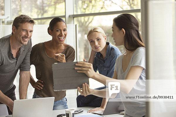 Büroangestellte evaluieren den Vorschlag