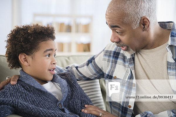 sprechen Couch Enkelsohn Großvater mischen Mixed