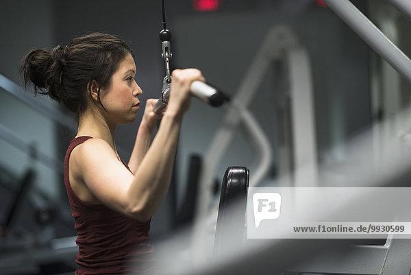 benutzen Fitness-Studio Frau üben Maschine mischen Mixed