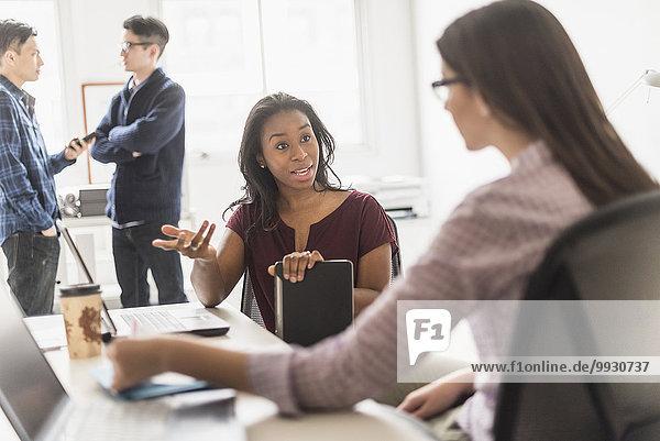 Zusammenhalt Geschäftsfrau arbeiten Büro