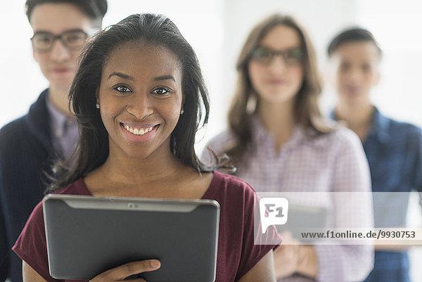 Geschäftsfrau lächeln halten Close-up Büro Tablet PC