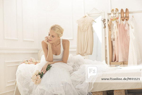 sitzend Blumenstrauß Strauß Braut Bett Nachdenklichkeit