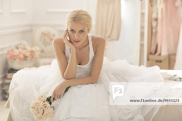 sitzend Blumenstrauß Strauß ernst Braut Bett