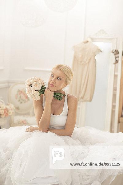 sitzend Blumenstrauß Strauß Braut Bett denken