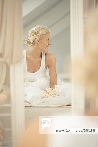 sitzend Blumenstrauß Strauß Braut lächeln Bett Spiegel