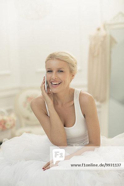 Handy sprechen Braut lächeln Bett
