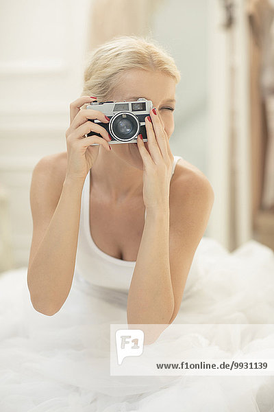 Braut Bett Retro fotografieren Fotoapparat Kamera