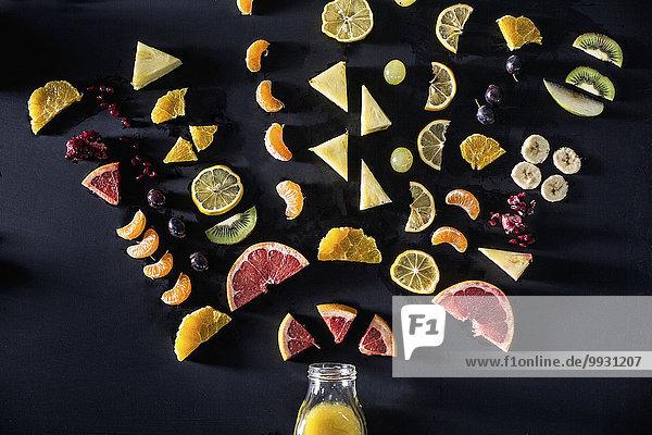 Frucht über arrangieren Saft Flasche aufgeschnitten