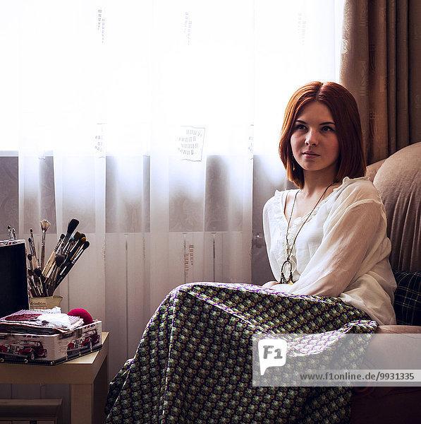 nahe sitzend Europäer Frau Fenster Sessel