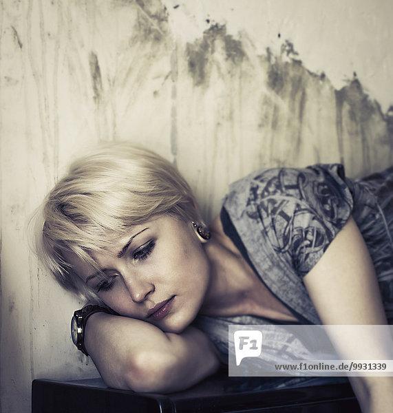 liegend liegen liegt liegendes liegender liegende daliegen Europäer Frau Klavier aufrecht Nachdenklichkeit