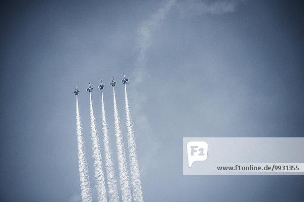 fliegen fliegt fliegend Flug Flüge Wolke Himmel Anordnung blau Flugzeug fliegen,fliegt,fliegend,Flug,Flüge,Wolke,Himmel,Anordnung,blau,Flugzeug