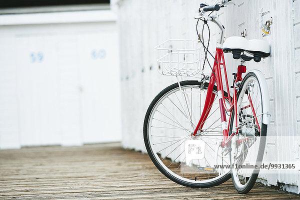 angelehnt Wand weiß Close-up Fahrrad Rad