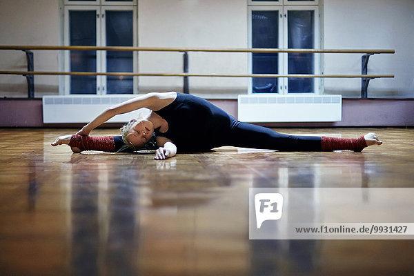 Europäer Boden Fußboden Fußböden strecken Tänzer Studioaufnahme Spagat machen Europäer,Boden,Fußboden,Fußböden,strecken,Tänzer,Studioaufnahme,Spagat machen