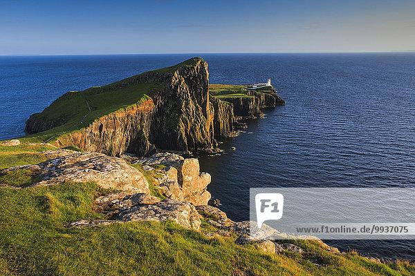 Felsbrocken Panorama Landschaftlich schön landschaftlich reizvoll Wasser Europa Stein Sommer Großbritannien Landschaft Steilküste Küste Natur Leuchtturm Insel Highlands Sonnenlicht Isle of Skye Schottland schottisch Skye schottische Highlands