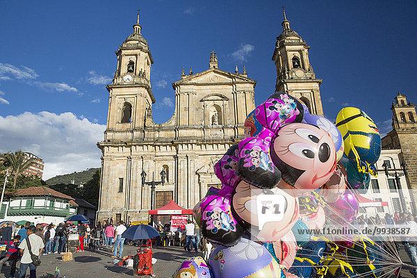 Mensch Menschen Luftballon Ballon Stadt Großstadt Hauptstadt Kirche lateinamerikanisch Bogota Kolumbien Südamerika
