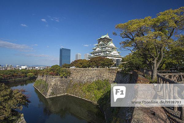 Wand Palast Schloß Schlösser Landschaft niemand Reise Spiegelung Großstadt Architektur Geschichte Festung bunt Herbst Tourismus Asien Japan Osaka Teich