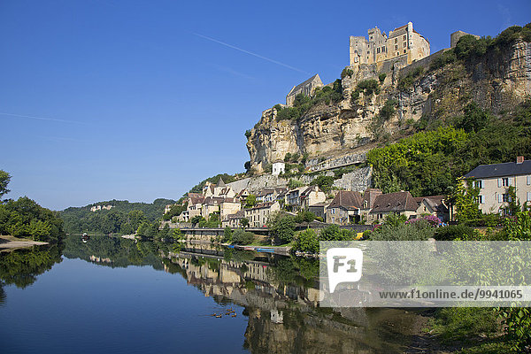 hoch oben Frankreich Schönheit Ruhe Baum über Gebäude Steilküste Spiegelung Geschichte Dorf Tourismus Aquitanien Wohngemeinschaft Dordogne Ort hübsch Reflections