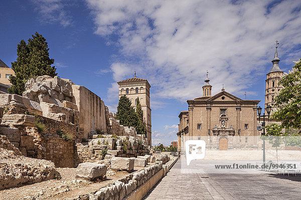 Ein Teil der alten römischen Mauer  Torreon de la Zuda  die Kirche von San Juan de los Panetes und der Schiefe Turm von Saragossa  der Torre Nueva  Saragossa  Aragonien  Spanien  Europa
