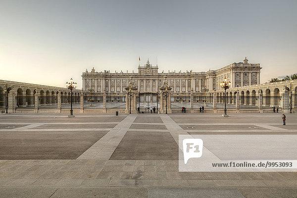 Königspalast  Palacio Real  und Plaza de la Armeria  Madrid  Spanien  Europa