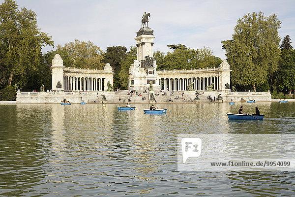 Buen-Retiro-Park mit See zum Bootfahren und Denkmal für Alfonso XII  Madrid  Spanien  Europa