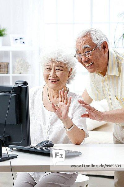 benutzen Computer Fröhlichkeit Senior Senioren