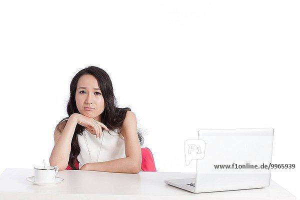 benutzen Notebook arbeiten jung Angestellter
