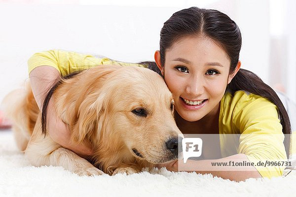junge Frau junge Frauen halten Hund