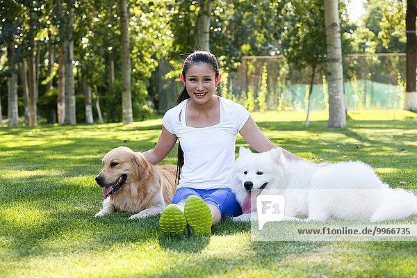 junge Frau junge Frauen Hund spielen