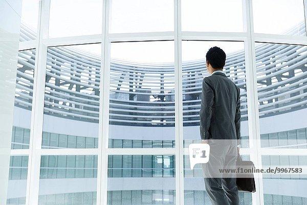 stehend Mann Fenster frontal Business
