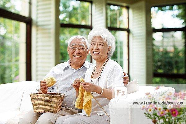 Fröhlichkeit Senior Senioren stricken