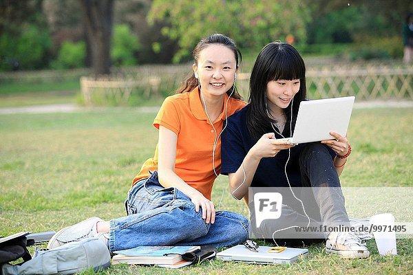 sitzend Student 2 Gras Hochschule