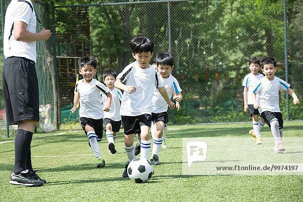 Junge - Person Spiel Feld Training Football