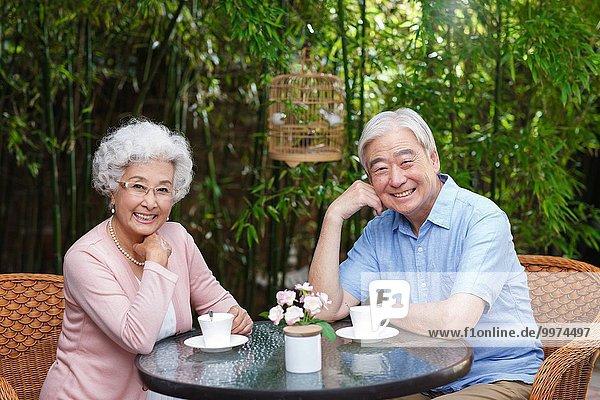 sitzend Freizeit Senior Senioren Innenhof Hof