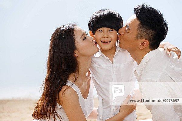 Strand küssen Menschliche Eltern jung