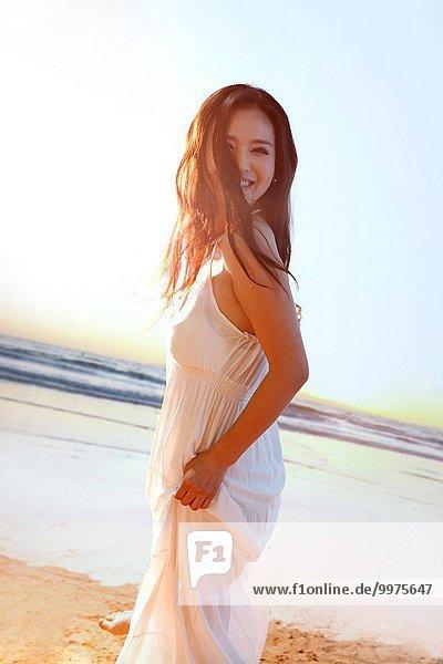 junge Frau junge Frauen Schönheit Strand spielen