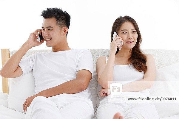 Schlafzimmer Bett jung Gespräch Gespräche Unterhaltung Unterhaltungen